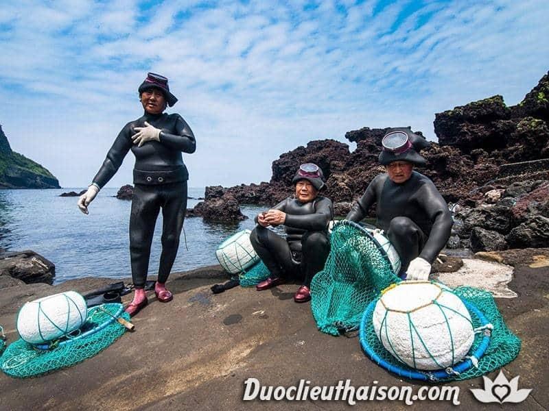 Hình ảnh các công nhân đang chuẩn bị lặn khai thác bào ngư