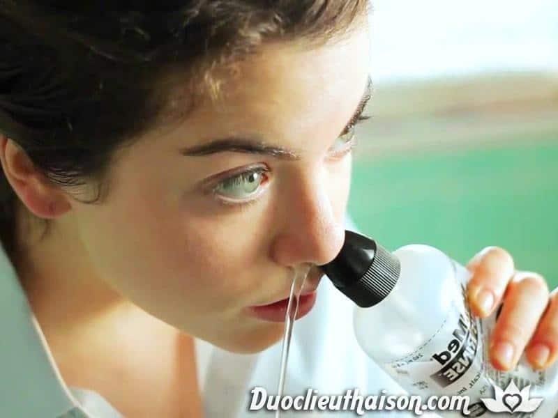 Rửa mũi bằng nước muối sinh lý