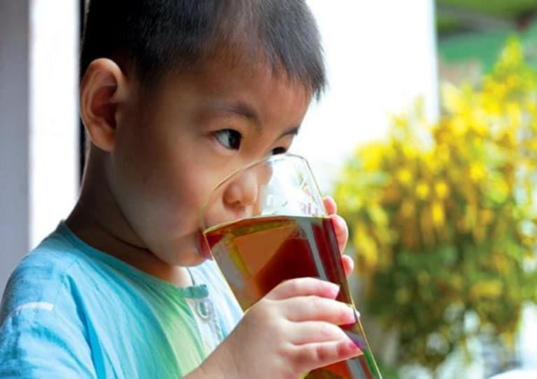 Trẻ em uống nước cây xạ đen có tốt không?